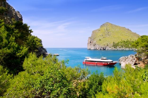 ボートで北マヨルカのエスコルカサカロブラビーチ Premium写真