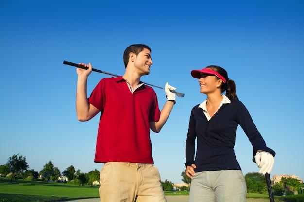 ゴルフコース若い幸せなカップルプレーヤーカップル話している Premium写真