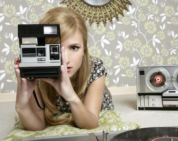 ビンテージルームでカメラのレトロな写真の女性 Premium写真