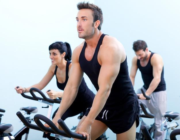 ジムスポーツクラブで静止した回転自転車フィットネス男 Premium写真