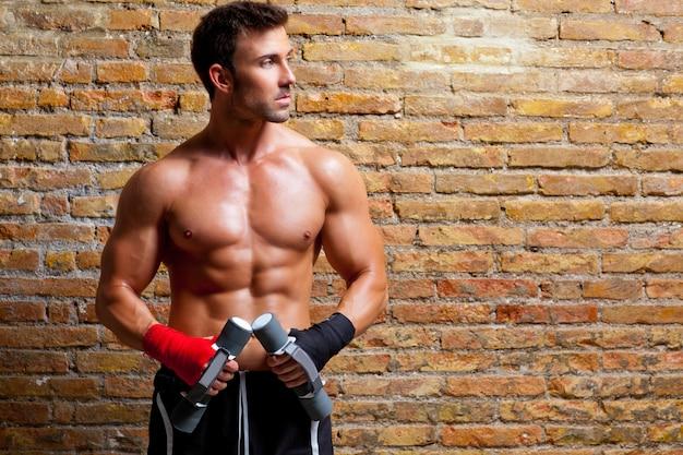拳包帯と重みを持つ筋肉ボクサー男 Premium写真