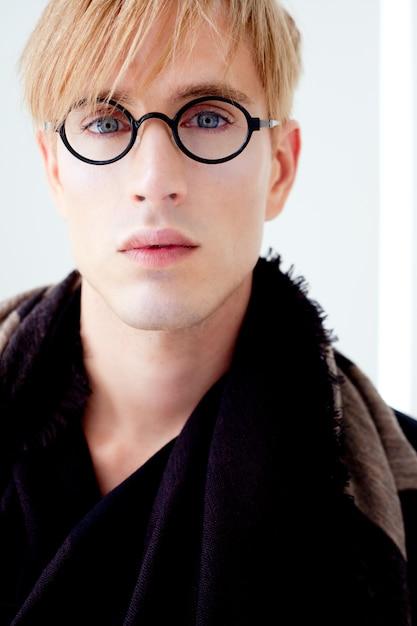 Белокурый современный красивый студент человек с портретом очки ботаник Premium Фотографии