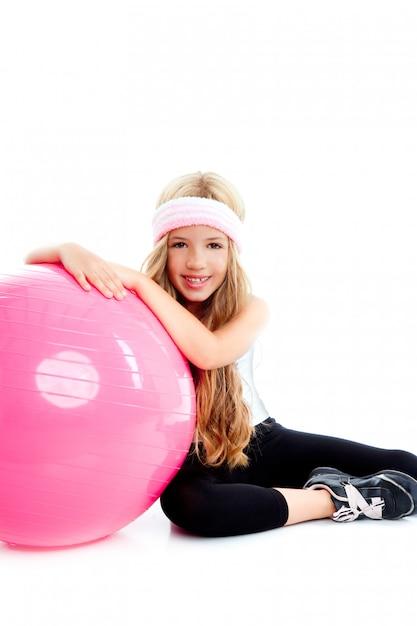 Детский тренажерный зал йога девушка с пилатес розовый шар Premium Фотографии