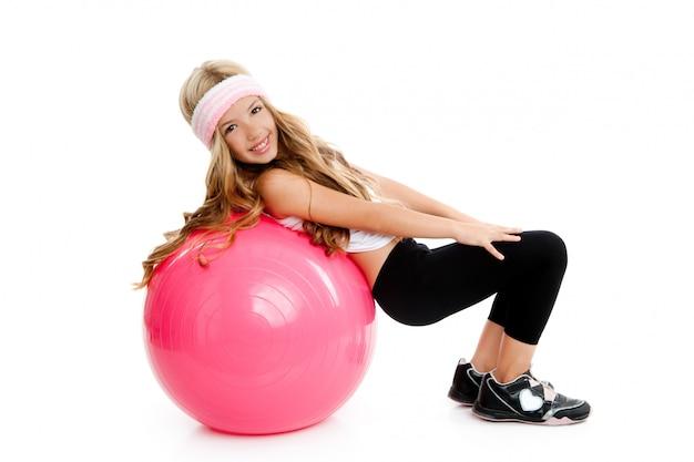 ピラティスピンクボールと子供ジムヨガの女の子 Premium写真