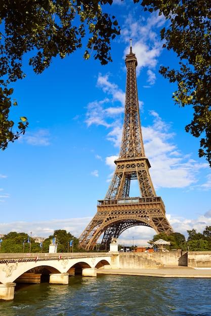青い空フランスの下のパリのエッフェル塔 Premium写真