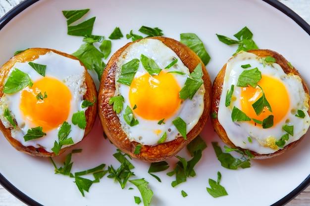 Тапас грибы с перепелиными яйцами из испании Premium Фотографии