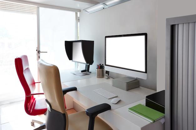 コンピューターの画面とデザイナーのオフィスデスク Premium写真