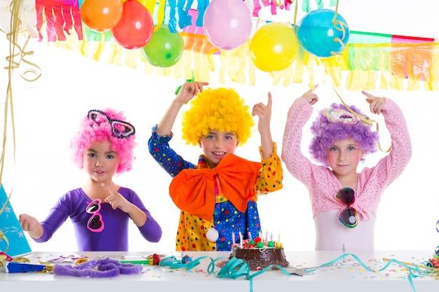 道化師かつらと子供たちの幸せな誕生日パーティー Premium写真