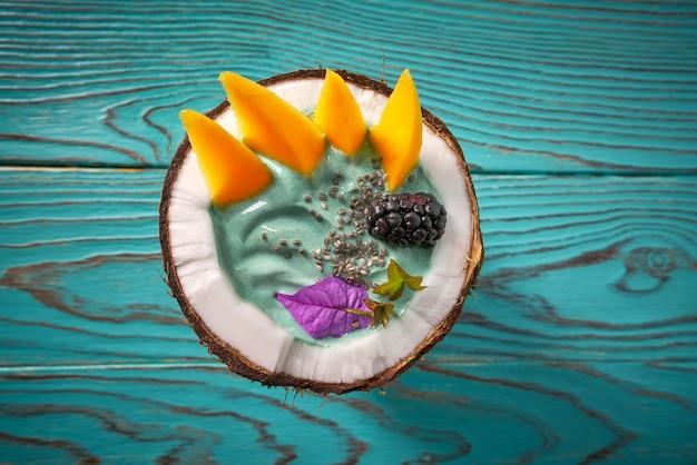 ココナッツブラックベリーマンゴーのスピルリナボウルスムージー Premium写真