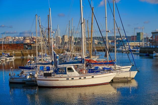 スペイン、ガリシアのラ・コルーニャ港マリーナ Premium写真