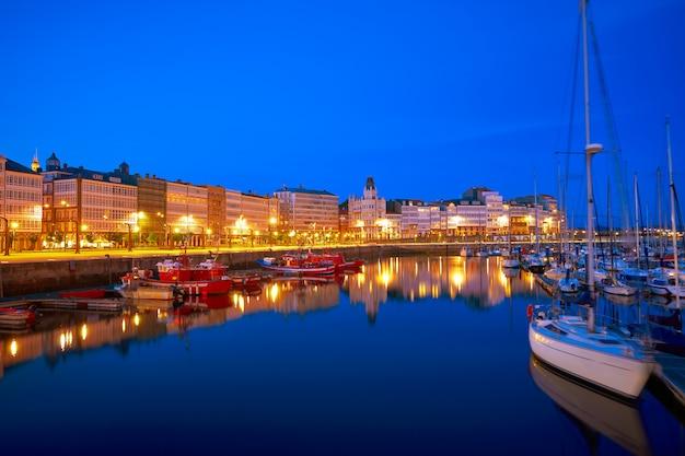 スペイン、ガリシアのアコルーニャサンセットポートマリーナ Premium写真