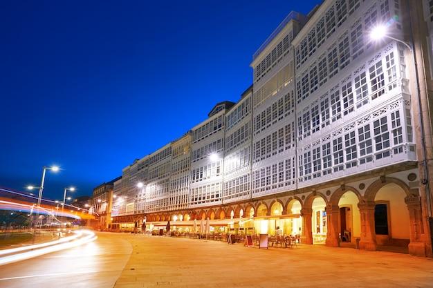 ラコルニャファサードガリシアの港の近くの夕日 Premium写真