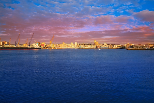 スペイン、ガリシアのアコルーニャ港 Premium写真