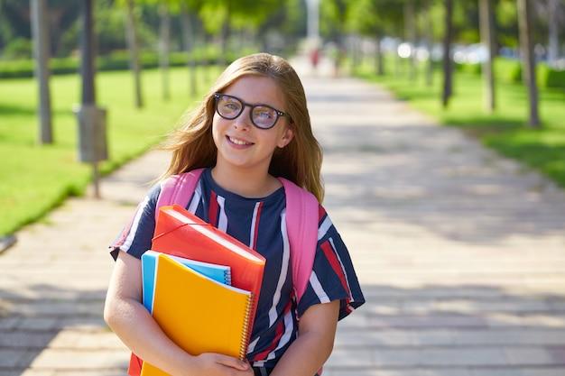 メガネと公園で金髪の子供学生女の子 Premium写真