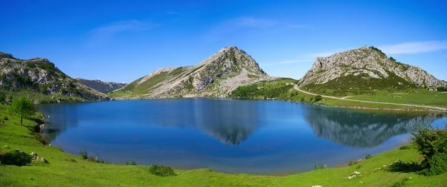 アストゥリアススペインのピコスデエウロパエノール湖 Premium写真