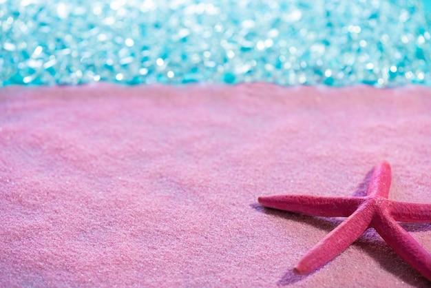 ピンクの砂のビーチと熱帯の海のヒトデ Premium写真