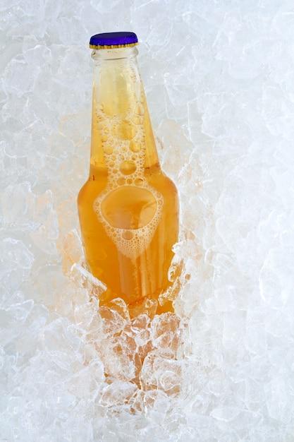 氷の上のビール瓶 Premium写真
