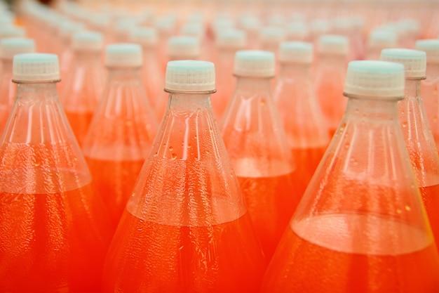 工場でのオレンジジュース飲料ペットボトル Premium写真