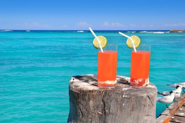 Пляжный апельсиновый коктейль в карибском бирюзовом море Premium Фотографии