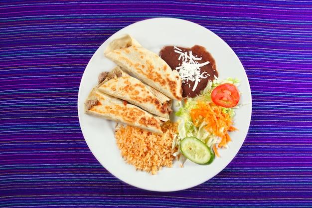 ブリトーメキシコ巻き食品ライスサラダとフライホール Premium写真