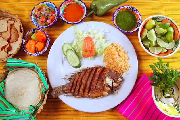 Жареная рыба тилапия мохарра в мексиканском стиле с соусом чили Premium Фотографии