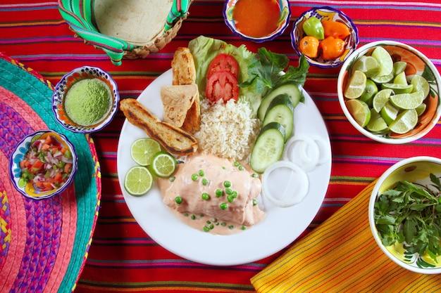 Рыбное филе с креветками в мексиканском соусе чили Premium Фотографии