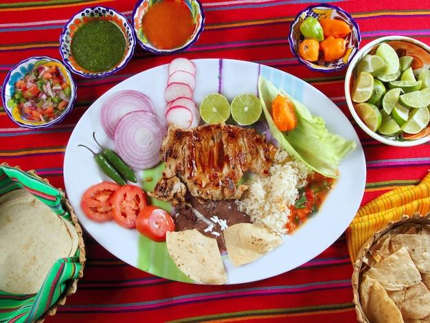 牛カルビメキシコ風野菜チリソースナチョス Premium写真