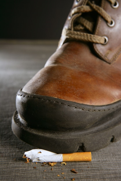 ブーツで壊れたタバコのトレッド Premium写真