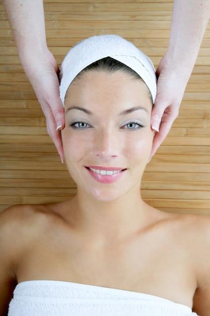 竹の上のヘッドマッサージ、青い目の女性 Premium写真
