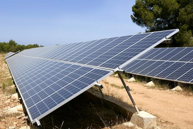 Панели солнечных батарей в ряд на средиземном море Premium Фотографии