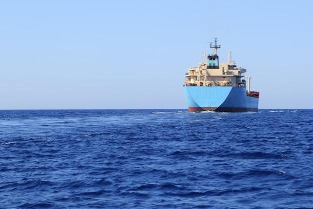 Морской транспортный катер для перевозки химикатов Premium Фотографии