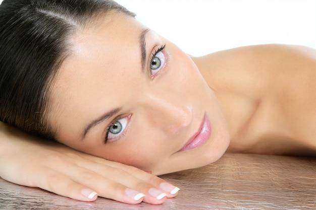 青い目のブルネットの美しさの肖像画 Premium写真