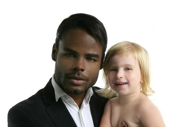 多民族家族のアフリカの父白人の娘 Premium写真