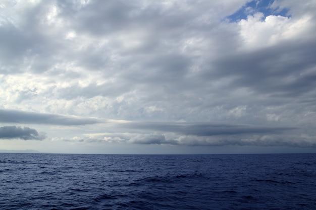 Пасмурный штормовой день на берегу моря Premium Фотографии