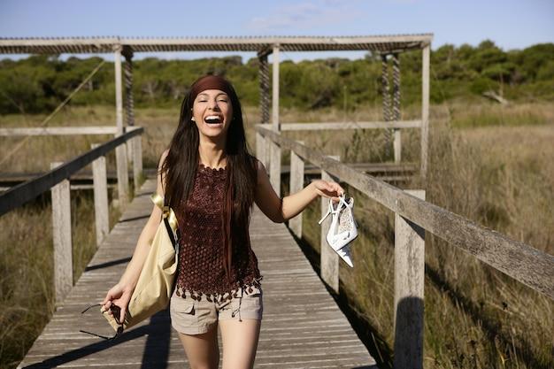 美しい女性、観光ランニングを強調 Premium写真