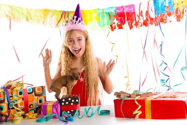 Партийная белокурая девочка ребенка, счастливая с подарком щенка Premium Фотографии