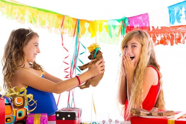Вечеринка подружек взволнована щенком Premium Фотографии