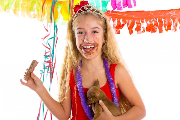 Счастливый тусовщик щенок ест шоколад Premium Фотографии