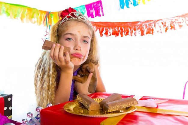 子犬とのパーティーでジェスチャー金髪子供の退屈 Premium写真