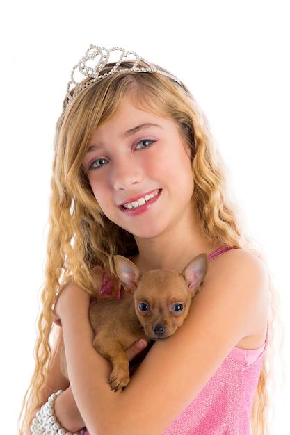 子犬チワワとクラウンプリンセスブロンドの女の子 Premium写真
