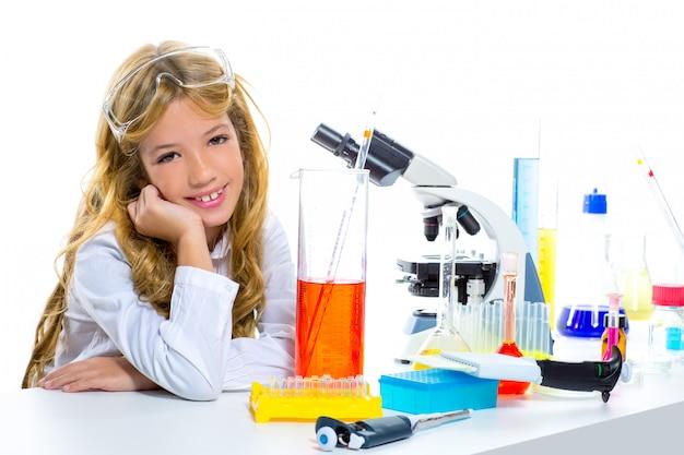 子供化学実験室の子供学生の女の子 Premium写真