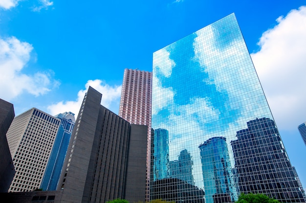 Небоскребы хьюстона в центре города, зеркало голубого неба Premium Фотографии