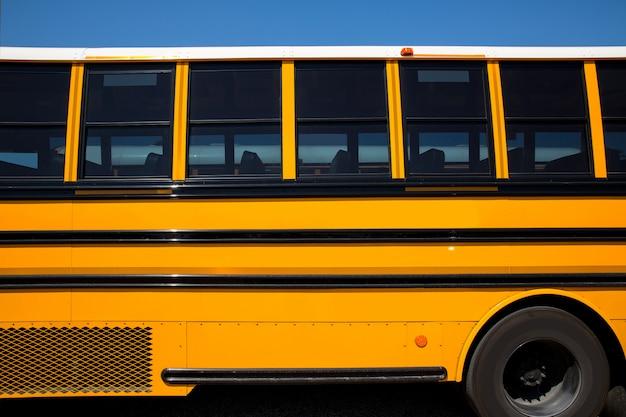アメリカの典型的なスクールバスの側面図 Premium写真