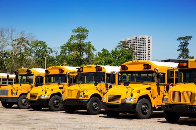 アメリカの典型的なスクールバスの駐車場 Premium写真