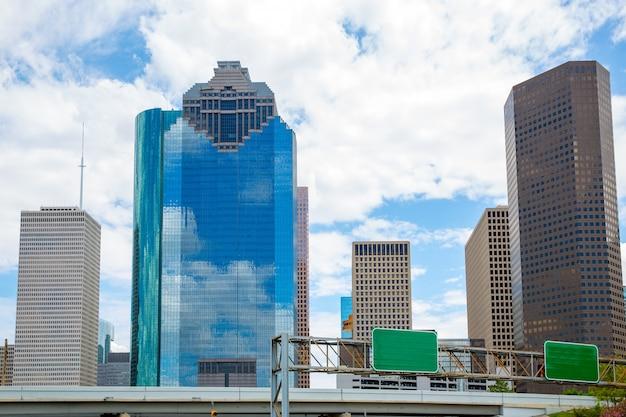 スカイスキャッパーと青い空とヒューストンテキサス州のスカイライン Premium写真
