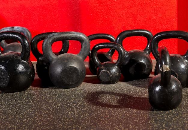 トレーニングジムでケトルベルの重み Premium写真