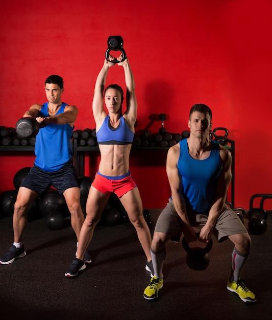 ケトルベルスイングトレーニングトレーニンググループのジム Premium写真