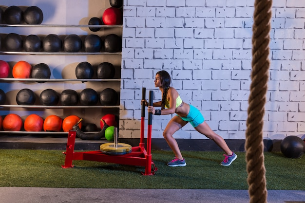 そりプッシュ女性プッシュウェイトトレーニング Premium写真
