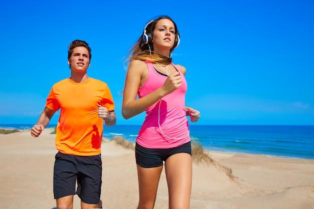 夏のビーチを走るカップル若い Premium写真