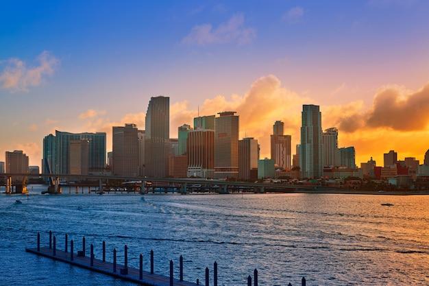 マイアミのダウンタウンのスカイラインの夕日フロリダ米国 Premium写真